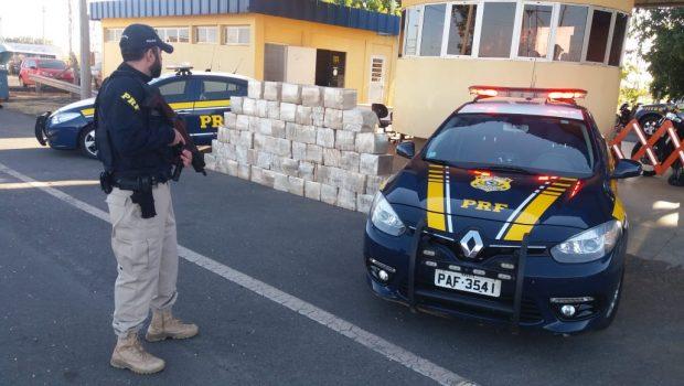 PRF apreende caminhão com 1,1 mil quilos de maconha na BR-060, em Recanto das Emas