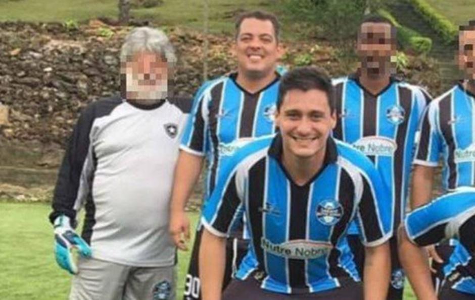 Leonardo Arantes, atrás, ao lado do goleiro, levou para o ministério amigos do futebol Leonardo Soares, à frente (Foto: Reprodução / O Globo)