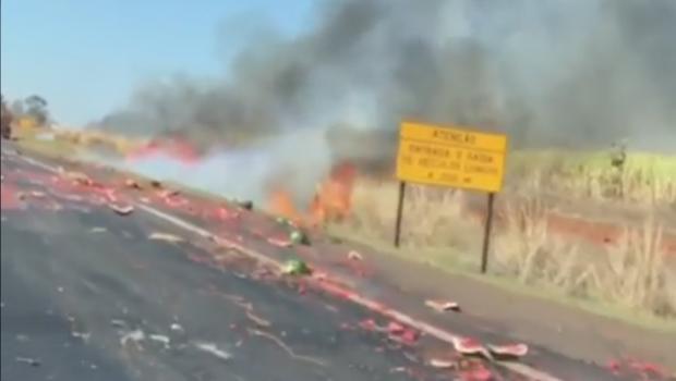 Carro pega fogo e derruba carregamento de melancias na BR-153, entre Morrinhos e Goiatuba