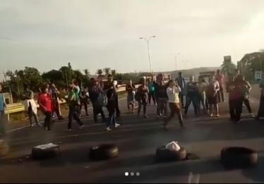 Moradores de Guapó interditam BR-060 em protesto por mais viagens no transporte coletivo