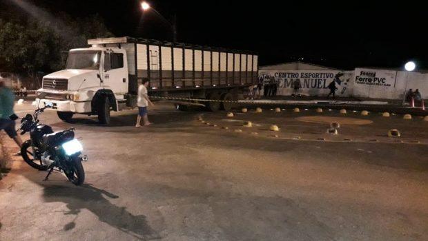 Motociclista morre após bater na lateral de caminhão em Goiânia