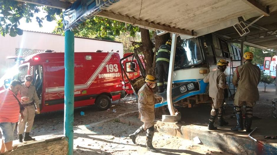 Acidente com ônibus de excursão religiosa deixa um morto e nove feridos em Trindade