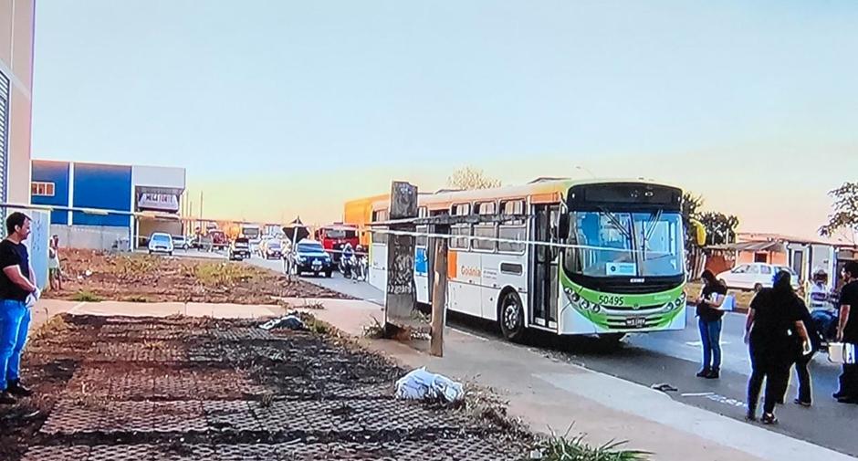 Jovem é morto a tiros dentro de ônibus, em Aparecida de Goiânia