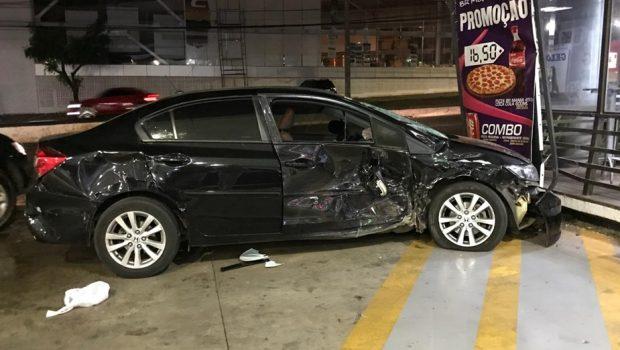Racha entre carros termina em acidente no Jardim Goiás, em Goiânia