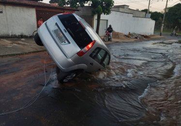 Adutora rompe e carro cai em buraco no Setor Solange Parque 2, em Goiânia