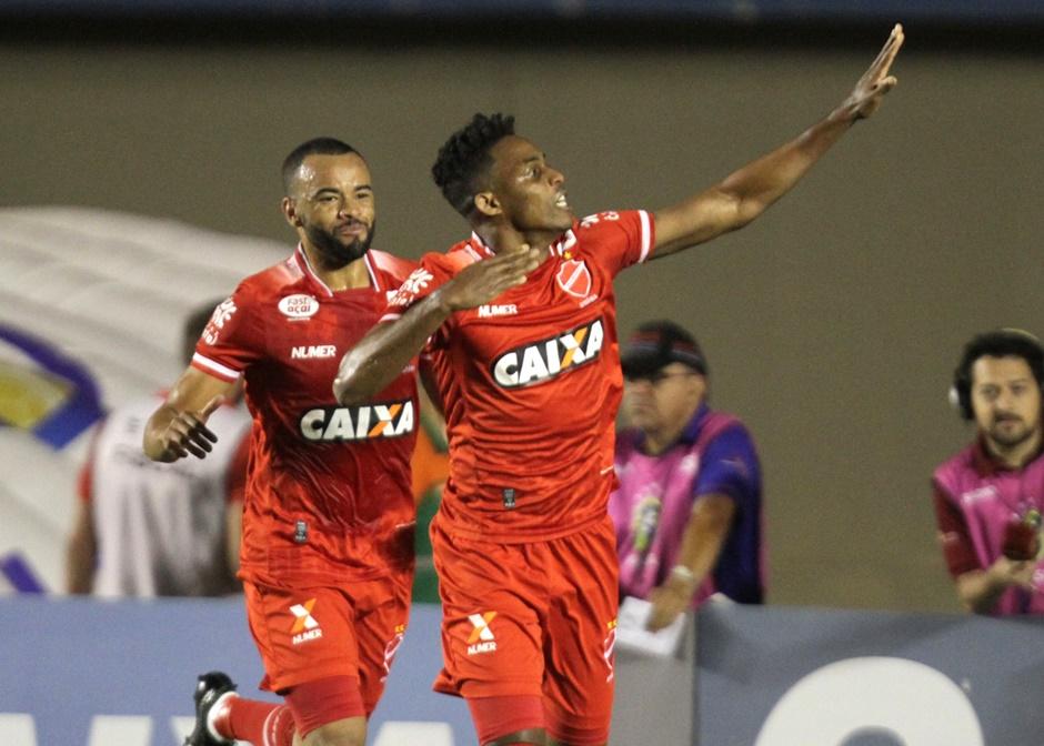 Vila Nova vence o Coritiba e se aproxima do G4 da Série B