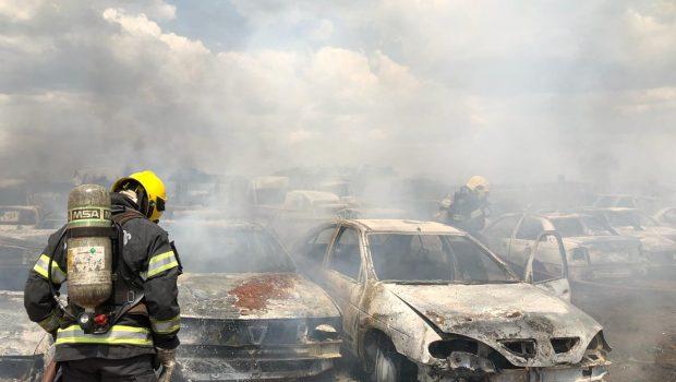 Incêndio em vegetação atinge 50 carros sucateados em penitenciária de Aparecida de Goiânia
