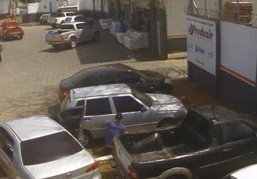 Vídeo mostra criminosos arrombando carro na porta de loja em Goiânia