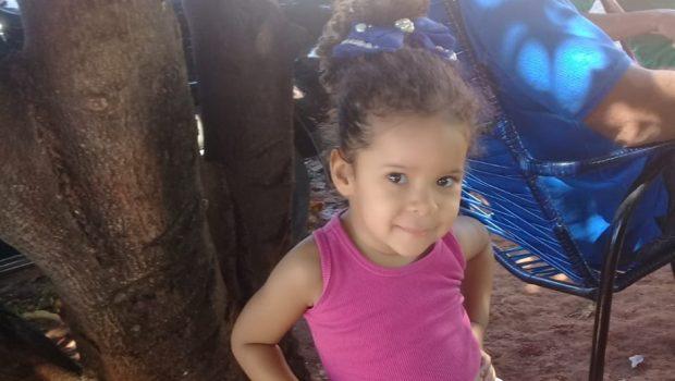 Família prepara velório de menina morta após ferroada de escorpião, em Trindade