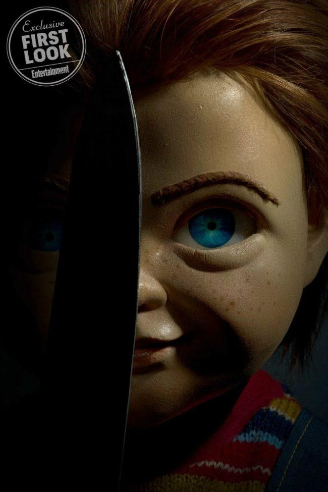 Brinquedo Assassino Chucky segurando uma faca