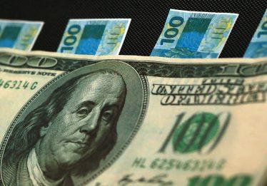 Bolsa cai e dólar avança após divulgação de pesquisa Ibope