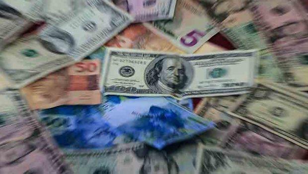 Dólar cai, após facada em Bolsonaro