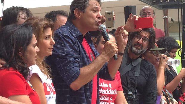 Fernando Haddad faz caminhada com apoiadores pelo Centro de Goiânia