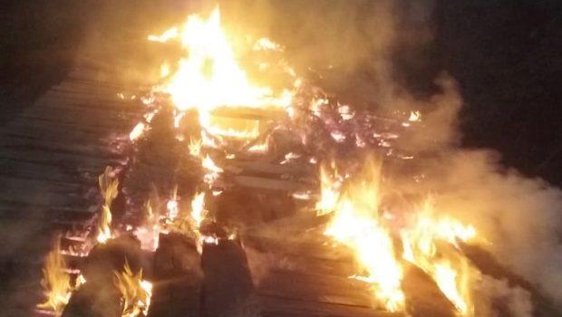 Povoados no interior ficam isolados após moradores atearem fogo em ponte
