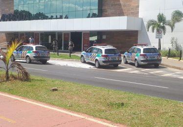 Criminosos fortemente armados assaltam joalheria em shopping, em Aparecida de Goiânia