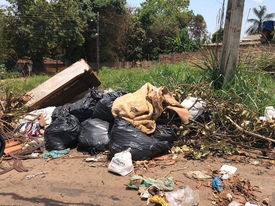 Moradores reclamam da falta de coleta de lixo em Aparecida de Goiânia