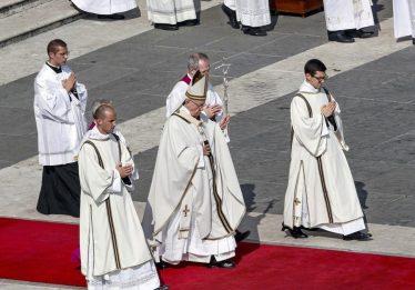Papa canoniza Oscar Romero e Paulo VI