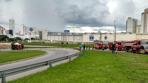 Caminhão tomba e derrama combustível na GO-020, em Goiânia