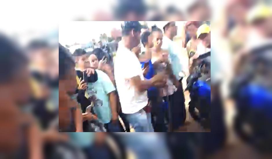 Pessoas que passavam pelo local pararam e desceram dos veículos, com intenção de registrar o corpo na Praça do Trabalhador (Foto: Leitor do Mais Goiás)