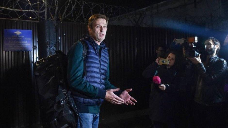 Líder da oposição russa deixa prisão em Moscou