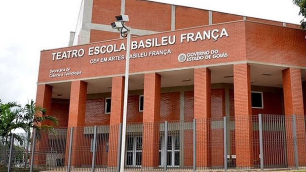 Com salários atrasados, professores do Basileu França entram greve