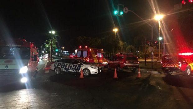 Motociclista morre após bater em carro na Praça Walter Santos, em Goiânia