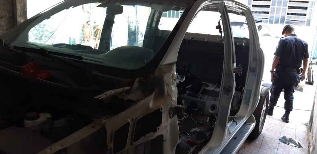 Polícia encontra veículo roubado em processo de desmanche em loja de peças de Goiânia