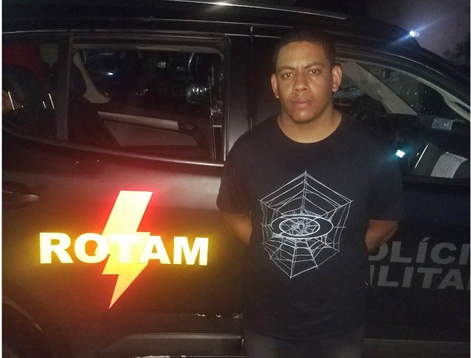 Rotam prende homem em flagrante com diplomas falsos em Goiânia