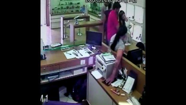 Câmera de segurança flagra furto de celular dentro de comércio no centro de Goiânia