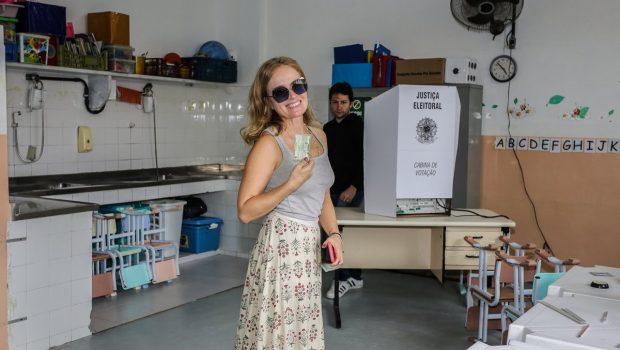 Angélica leva mais de uma hora na fila para votar no Rio; outros famosos também votam