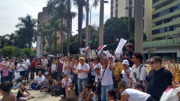 """Protesto de professores chama atenção para """"intenção"""" de desmantelamento do Basileu França"""