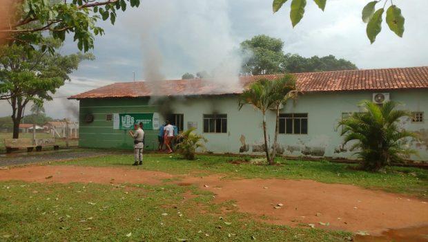 Raio atinge posto de saúde e causa incêndio em Bela Vista de Goiás