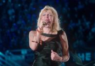 Courtney Love canta 'Celebrity Skin' com a maior banda do mundo