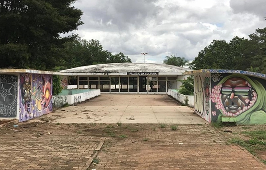 Abandonado, Palácio da Cultura na Praça Universitária é depredado por usuários de drogas