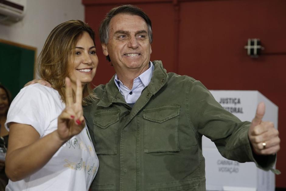 Acompanhado de agentes da PF e da mulher, Bolsonaro vota no Rio