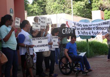 Servidores e usuários protestam contra mudança de local do Centro de Referência, em Goiânia
