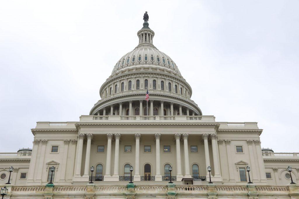 EUA: eleitores vão às urnas escolher novo Congresso e 36 governadores