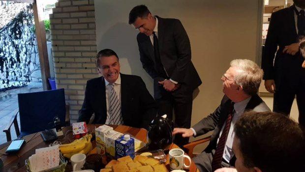 Bolsonaro presta continência para assessor de Trump antes de reunião no Rio