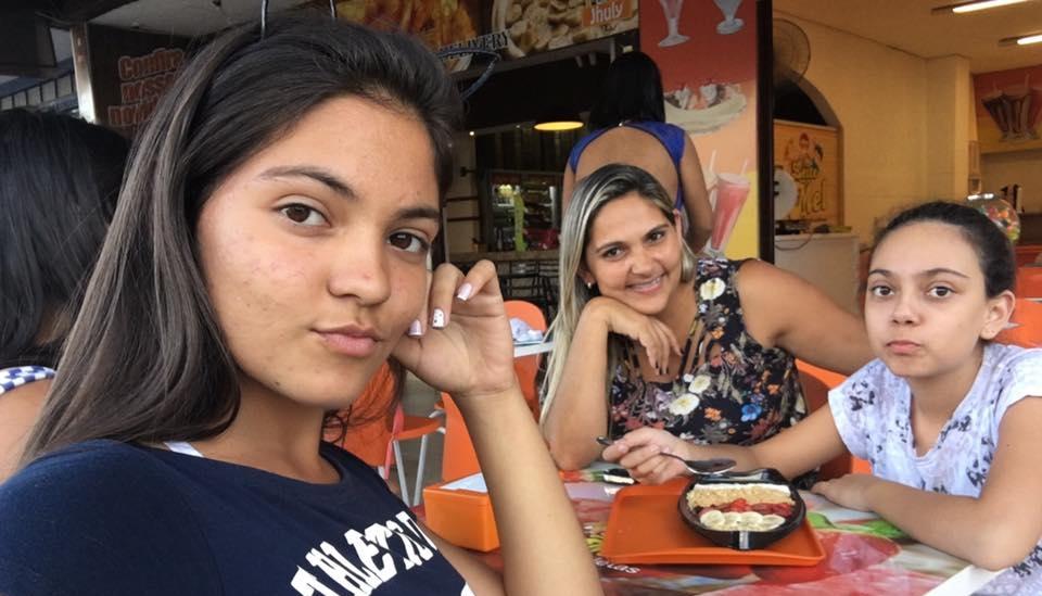 Raphaella Noviski, morta durante aula por atirador, em Alexânia, ao lado da irmã caçula e mãe, Rosângela: Saudade e revolta (Foto: Arquivo Pessoal)