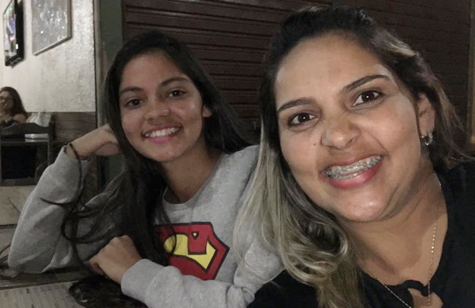 Raphaella Noviski, morta durante aula por atirador, em Alexânia, ao lado da mãe, Rosângela: Saudade e revolta (Foto: Arquivo Pessoal)