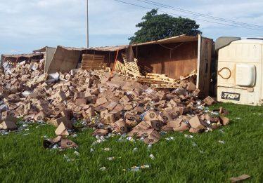 Carreta carregada de cachaça tomba na BR-153, entre Goiânia e Anápolis