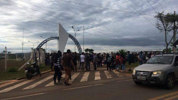 Vigilantes da UEG protestam contra atraso nos repasses para empresa terceirizada, em Anápolis