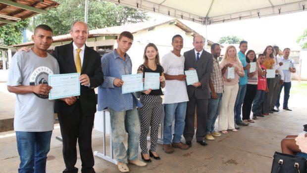 Detentos goianos recebem certificado de curso profissionalizante