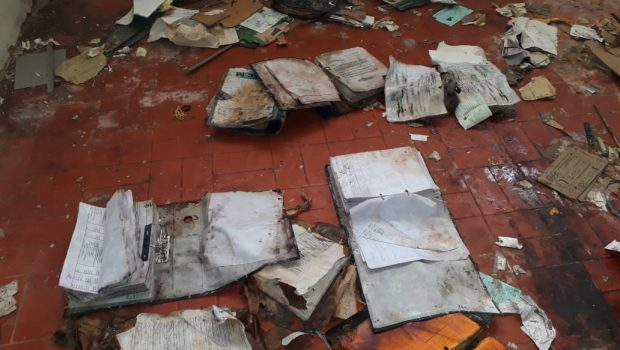 Parte do acervo a Prefeitura de Itapuranga é encontrado danificado em ginásio de esportes