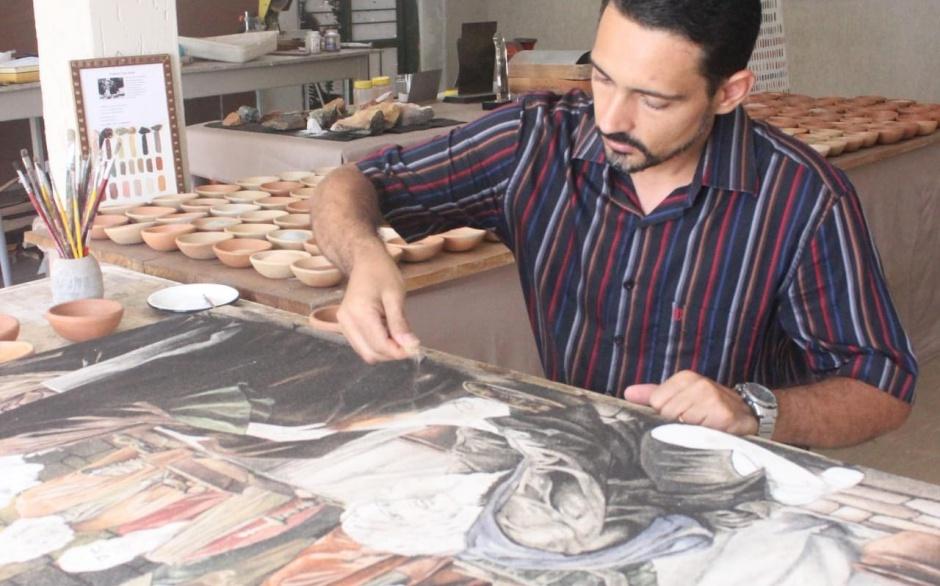 Artista Auriovane D'Ávila, goiano que aprimorou técnica de pintura com areia em tela (Foto: Arquivo Pessoal)