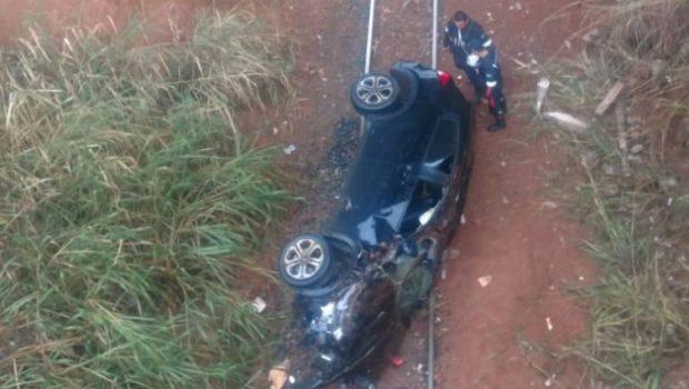 Carro colide contra mureta de ponte e cai sobre ferrovia na BR-040, em Valparaíso