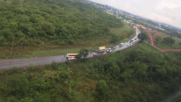Acidente entre ônibus e veículo deixa mulher morta e homem gravemente ferido, em Senador Canedo