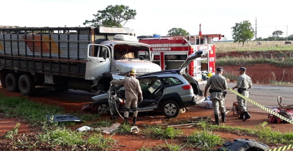 Acidente entre carro e caminhão deixa uma pessoa morta e dois feridos em Morrinhos