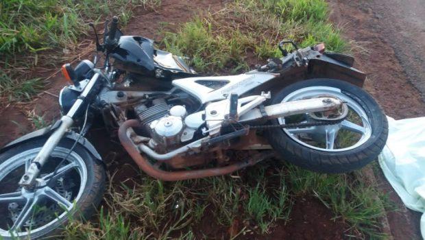 Acidente entre moto e caminhão deixa uma pessoa morta e outra gravemente ferida, em Jataí