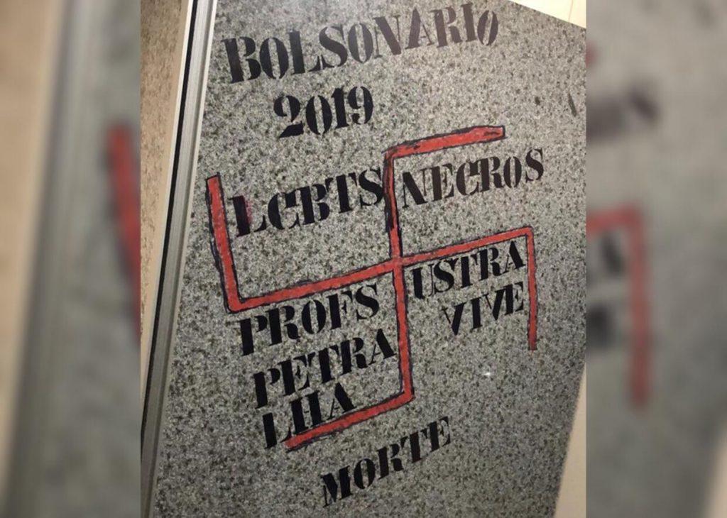 Banheiro da PUC-GO é pichado com suástica e mensagens de ódio